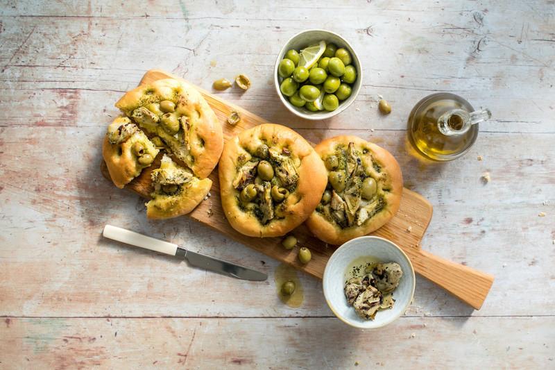 Focaccia met olijf en artisjok